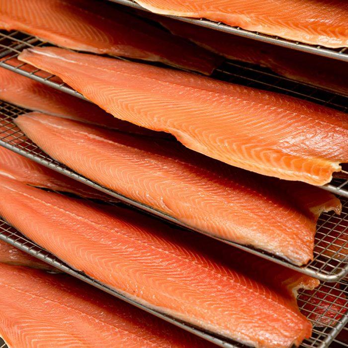 filetti di salmone disposti in griglia